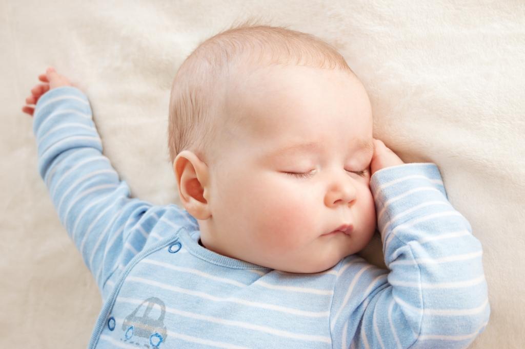 sicher gebettet im Babyschlafsack